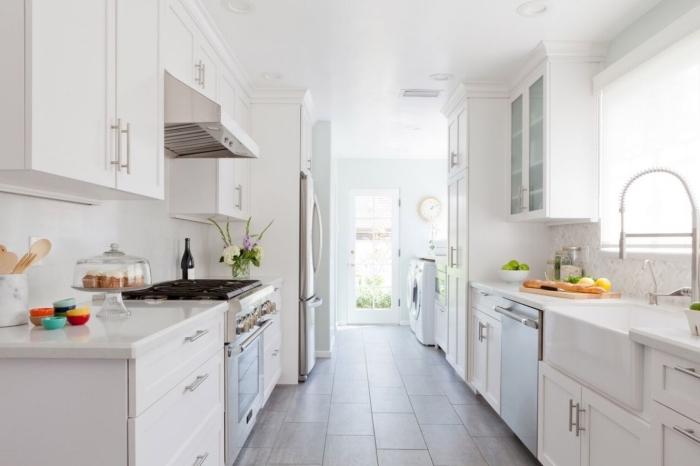 déco de cuisine blanche moderne, exemple de cuisine en parallèle avec grande fenêtre, idée comment aménager une petite cuisine