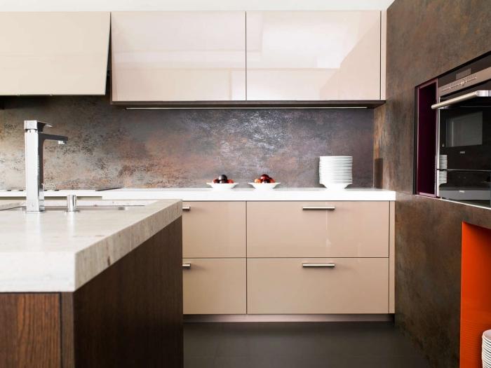 idée credence cuisine originale à effet métallisé, exemple meubles haut cuisine sans poignées, cuisine avec îlot central
