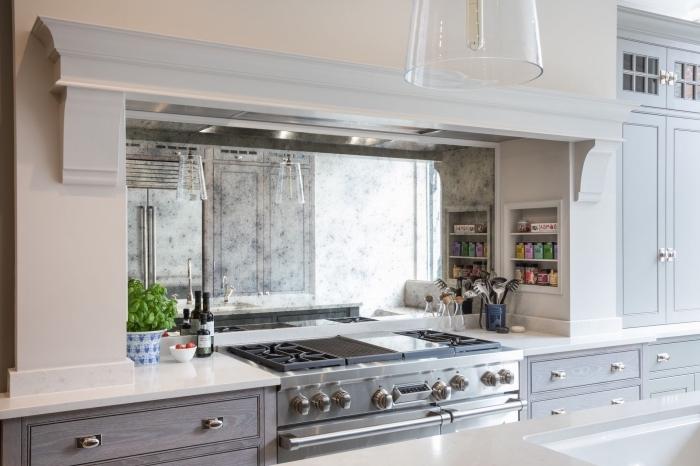 aménagement cuisine stylée avec peinture murale et meubles en bois peint, exemple de crédence miroir tendance
