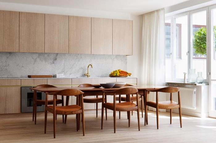 aménagement cuisine ouverte, déco de cuisine en longueur avec table à manger, exemple meubles sans poignées