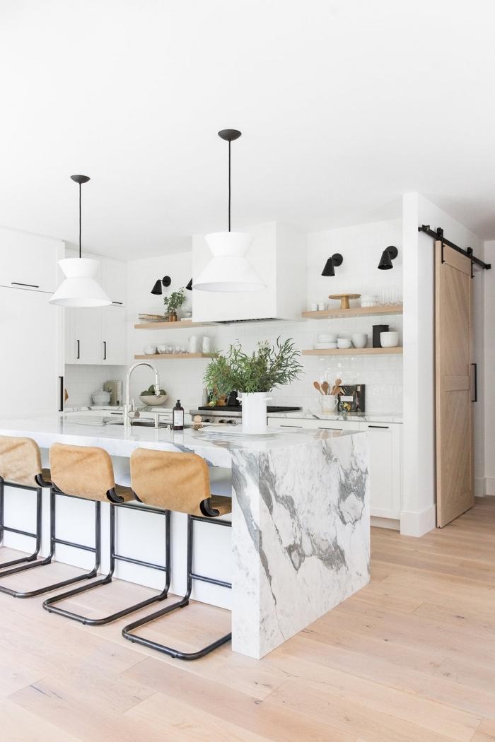 agencement cuisine moderne en blanc et bois, déco de cuisine avec îlot central à design marbre, modèle cuisine ouverte