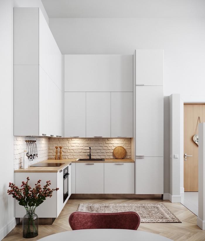 magnifique exemple de petite cuisine d'angle, modèle petite cuisine blanche avec plan de travail bois et crédence pierre