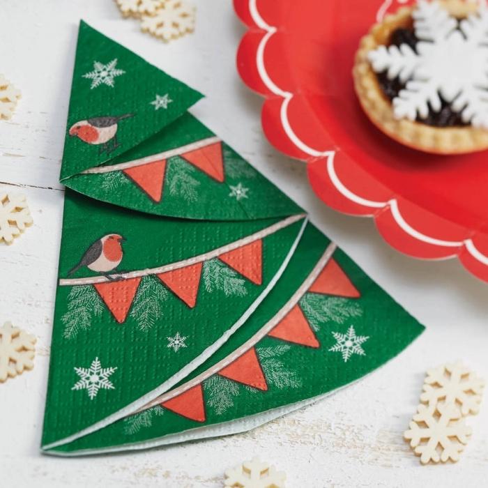 plier une serviette en papier en forme de sapin, réaliser une déco table de noel originale avec pliage de serviette facile