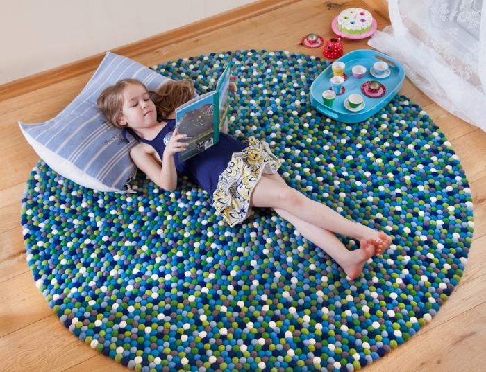bricolage chambre d'enfant facile, comment décorer la chambre d'enfant avec un fabriquer un tapis tapis de jeu enfant en mini pompons