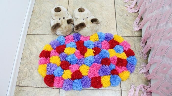 déco de chambre d'enfant avec tapis pompon, que faire avec des pompons, activité manuelle facile pour ado