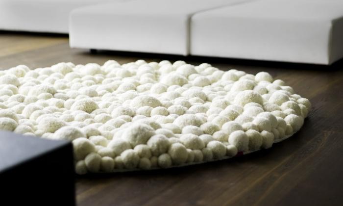 comment décorer un salon avec objet diy cozy, exemple de tapis en pompon blanc à forme ronde pour le salon