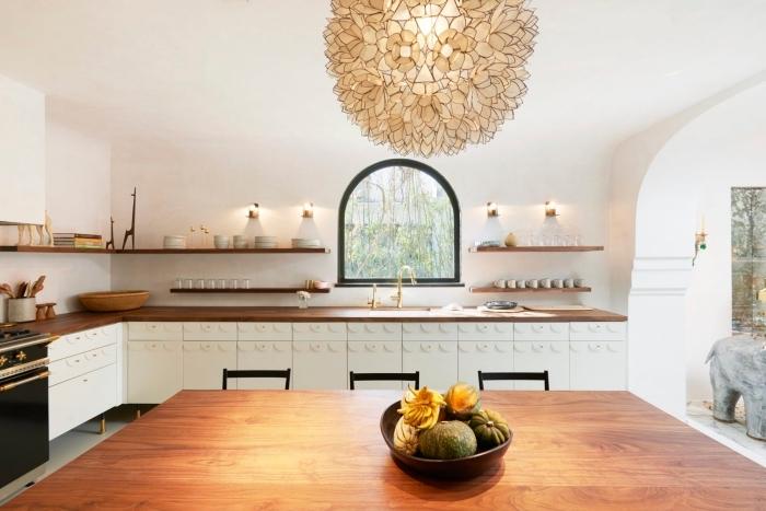 exemple de cuisine avec ilot central ou table à manger, quelles couleurs associer dans une cuisine, modèle cuisine en blanc et bois