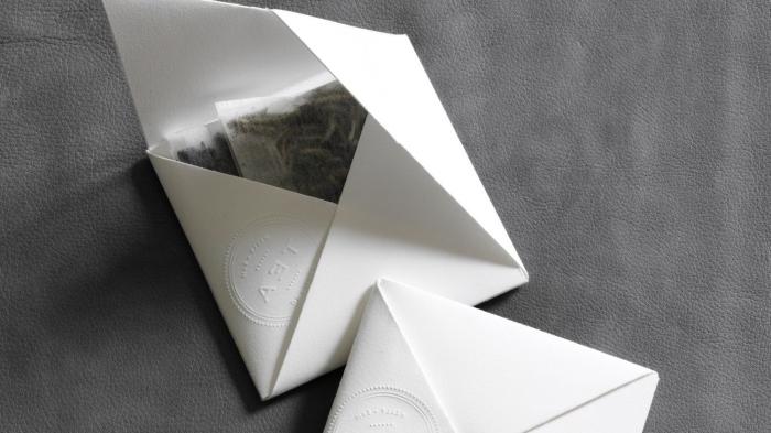 pochette origami en papier blanc cartonné pour offrir des sachets de thé, faire une enveloppe origami feuille a4