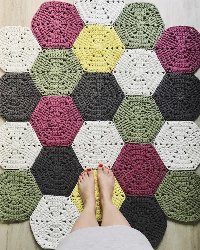 objet de déco fait main, activité manuelle ado, exemple de tapis diy en corde aux motifs géométriques colorés