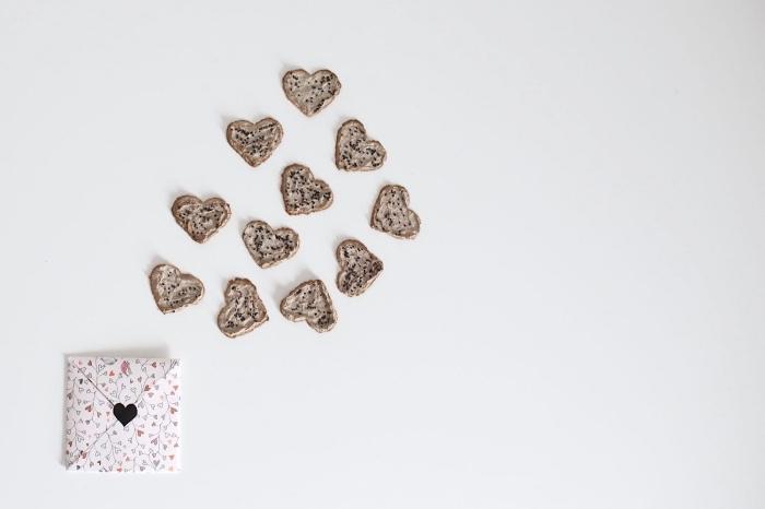 modèle origami enveloppe carrée avec fermeture coeur réalisée en papier imprimé, enveloppe diy pour la saint-valentin