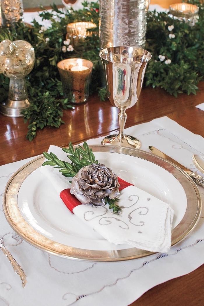 rose diy en pomme de pin, exemple de pliage de serviette facile, décoration de table de noel avec bougies et branches de buis