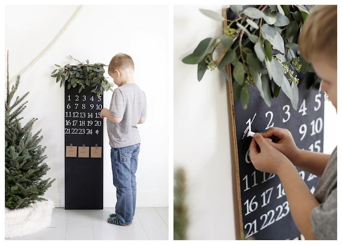 calendrier de l avent original style scandinave en tableau peinture tableau noir à chiffres blancs et branches vertes décoratives, sapin de noel non décoré
