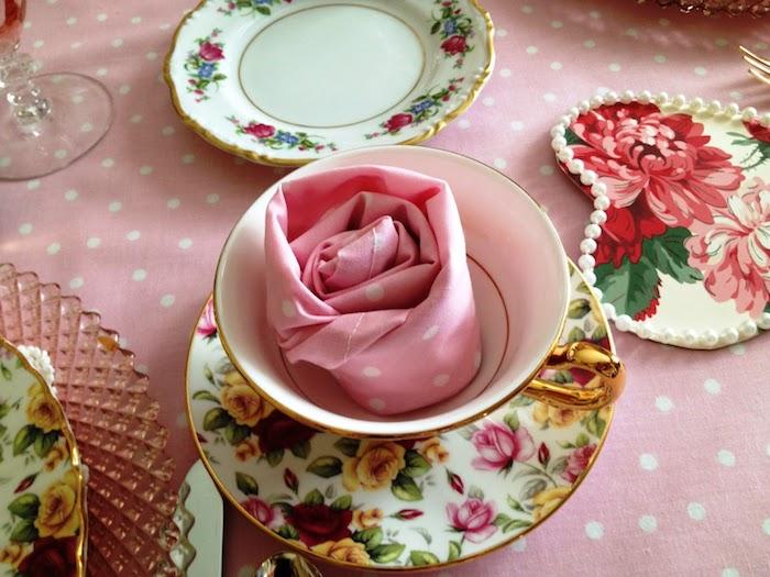 idée de mariage à thème pause thé style shabby chic avec de la vaisselle style shabby et pliage serviette rose en tissu
