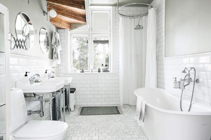salle de bain rétro scandinave avec carrelage blanc sol et mur avec douche italienne et double lavabo sous les marches en bois