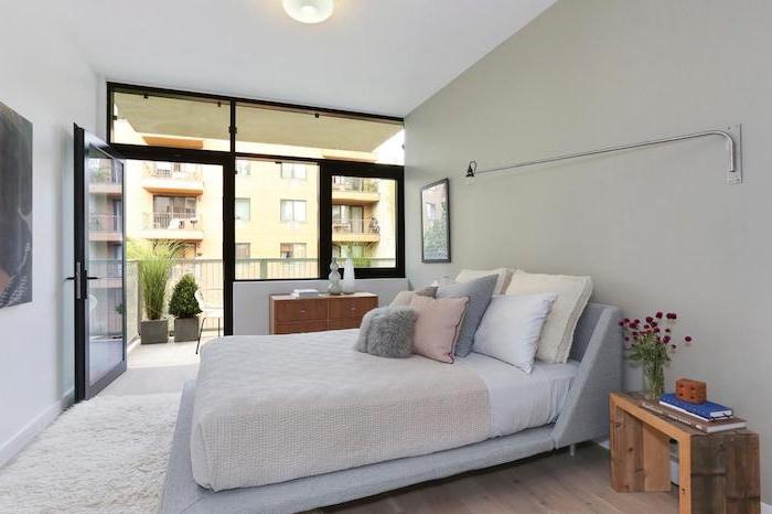 planches de bois transformés en banc de bois, linge de lit gris, avec coussins et oreillers, parquet bois, mur gris perle