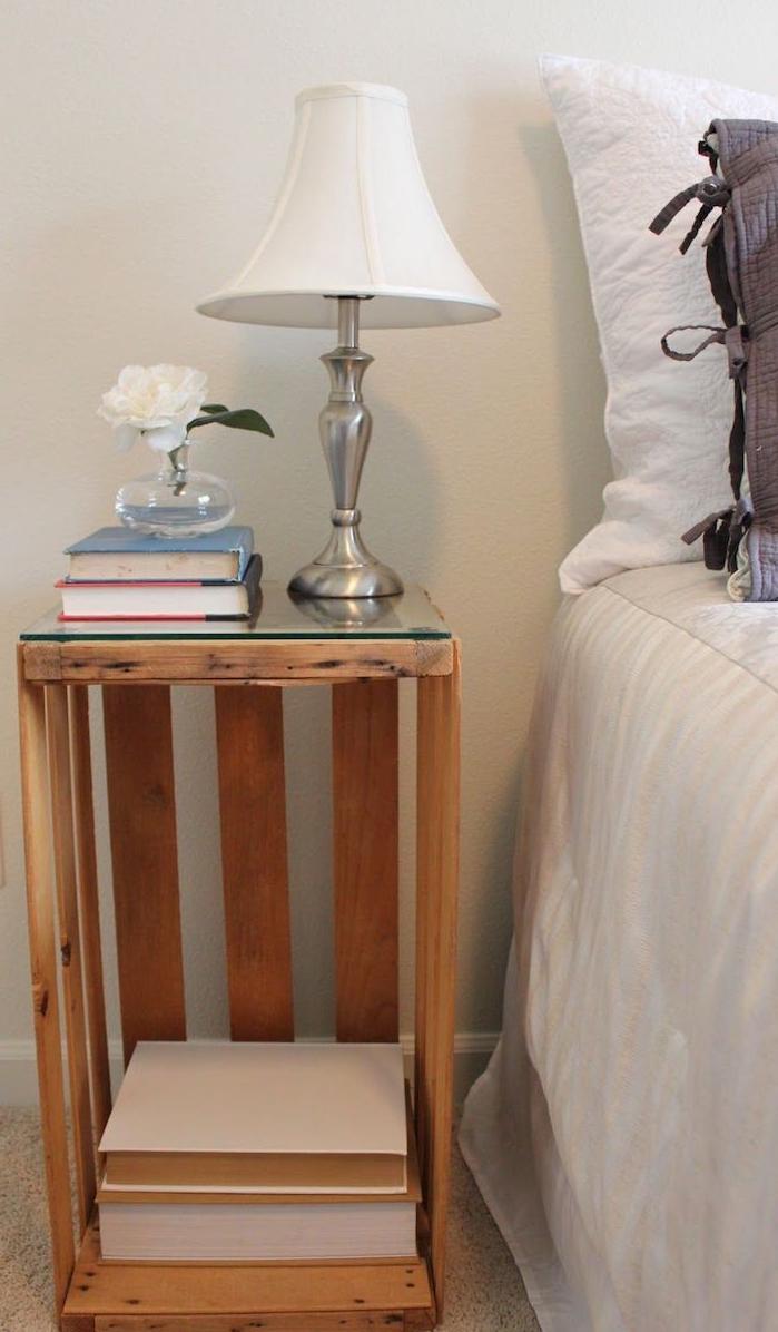 cagette bois deco avec plateau en verre, bouquins, lampe vintage et soliflore original, deco chambre retro chic recup