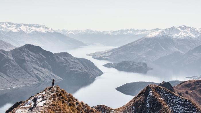 fond ecran paysage fantastique, photo vue d'en haut sur lac et montagnes aux sommets enneigées, idée wallpaper gratuit pc