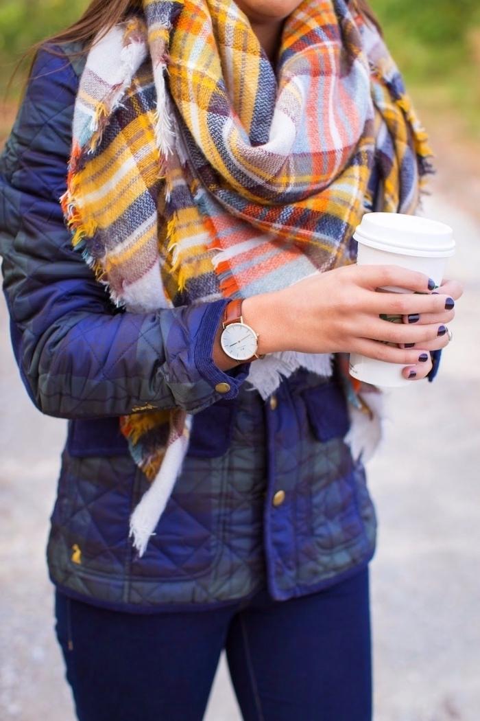 comment mettre une echarpe autour du cou, modèle d'écharpe aux motifs carreaux en couleurs gris blanc et jaune moutarde