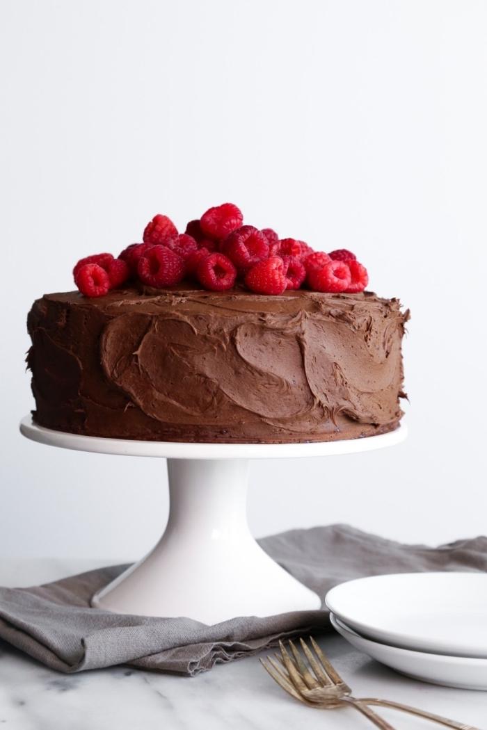 recette de gateau chocolat vegan avec ganache au chocolat et lait de noix de coco, et confitures de framboises et graines de chia