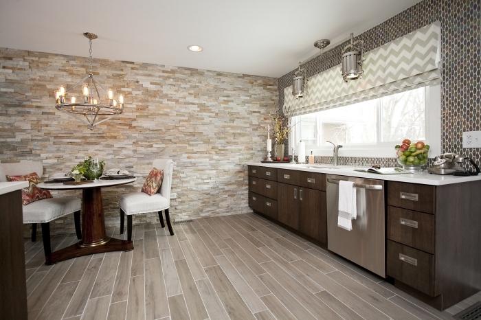 décoration avec dalle adhesive mural ou carrelage à motifs géométriques tendance, agencement cuisine en couleurs neutres