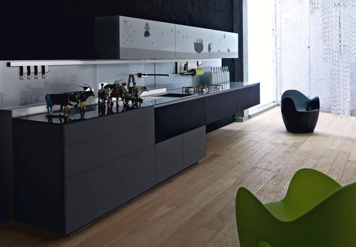 design intérieur moderne dans une cuisine aménagée en couleurs foncées, exemple crédence miroir ou verre