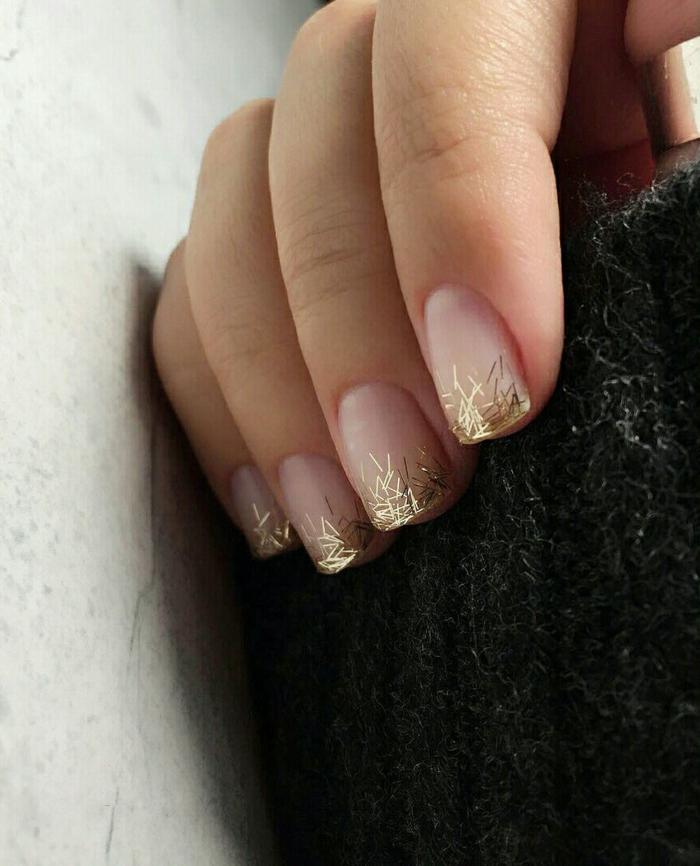 ongles courts carrés en rose perlé, bouts des ongles motifs d'or, pull d'hiver noir
