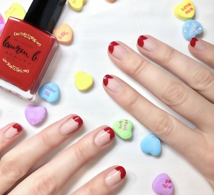 dessin original des ongles courts, bout des ongles rouge, base rose nude, manucure facile et rapide