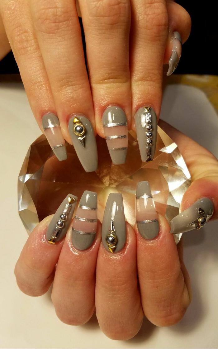 ongles acryliques en gris et rose, manucure espace négatif, bandes adhésives, bijoux à ongles