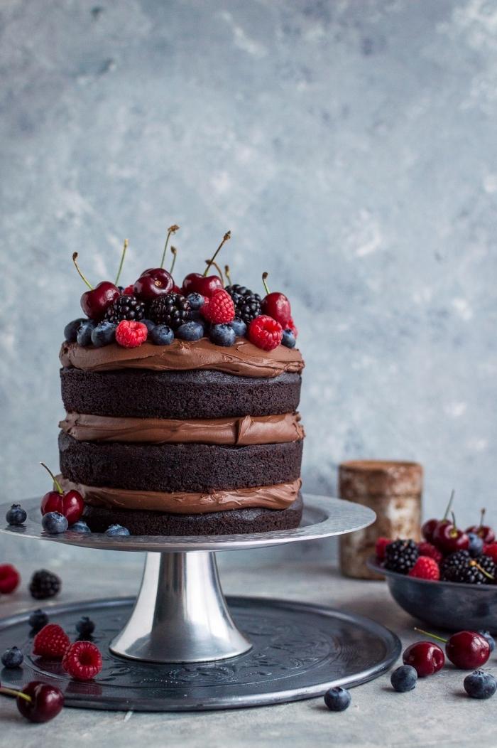 naked cake vegan, dense et fort au fudge chocolat vegan décoré de fruits rouges et de cerises, gateau chocolat vegan, somptueux et dense