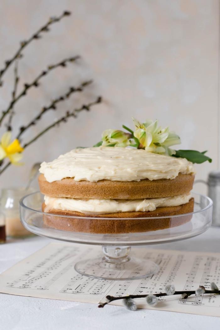 recette de naked cake vegan sans oeufs et sans lactose au glaçage de crème à l'orange sanguine, décoré d'une fleur