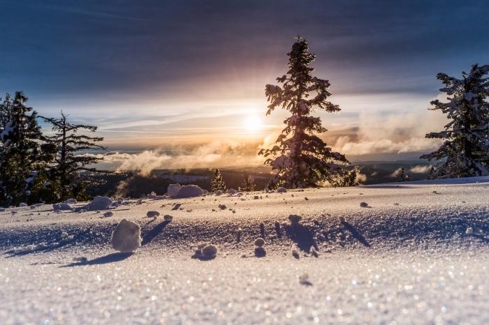 paysage hiver fantastique, photo coucher du soleil dans une montagne couverte de neige avec arbres blancs