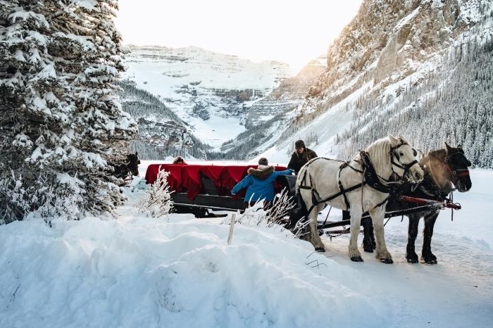 photo de paysage hiver dans les montagnes avec un traîneau à cheval, photo lever du soleil dans les montagnes enneigées