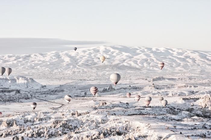 magnifique photo d'hiver gratuite, idée fond ecran noel ou hiver, photo ballons à gaz volants au-dessus des montagnes