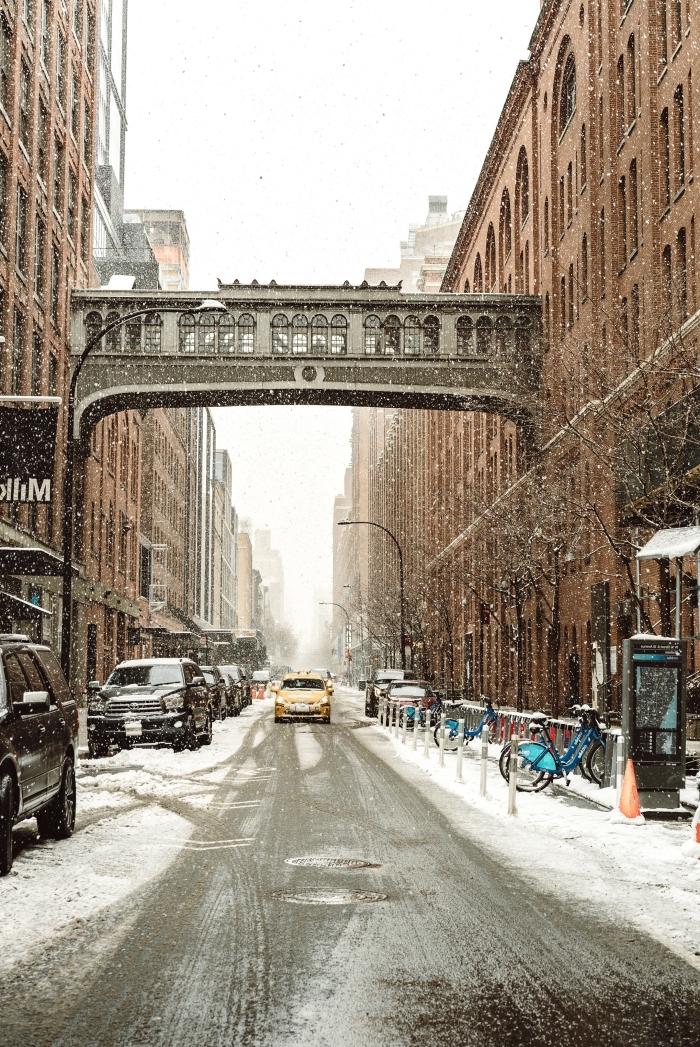 exemple wallpaper gratuit pour verrouillage iphone sur thème neige qui tombe, photo d'une ville enneigée en hiver