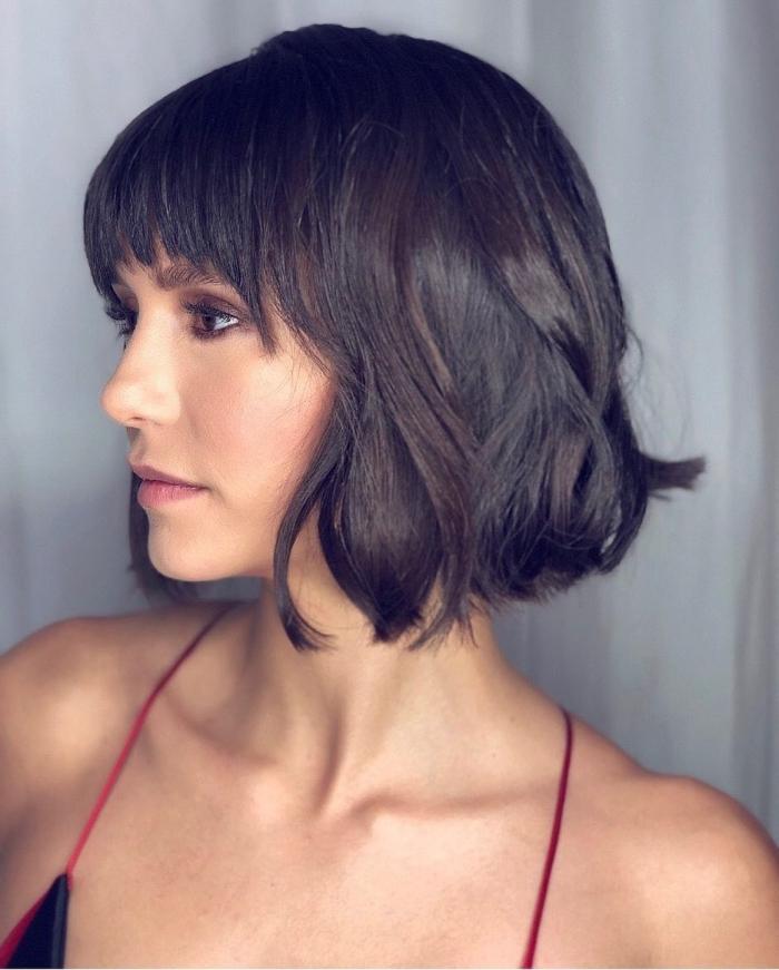 carré court femme en dégradé, coiffure de célébrité de Nina Dobrev aux cheveux naturellement bouclés, coupe avec frange effilée