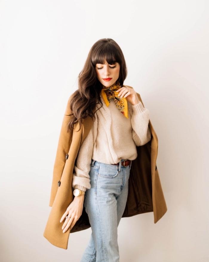 coupe de cheveux longs en couche avec frange courte, exemple noeud echarpe ou foulard facile, modèle de manteau long camel