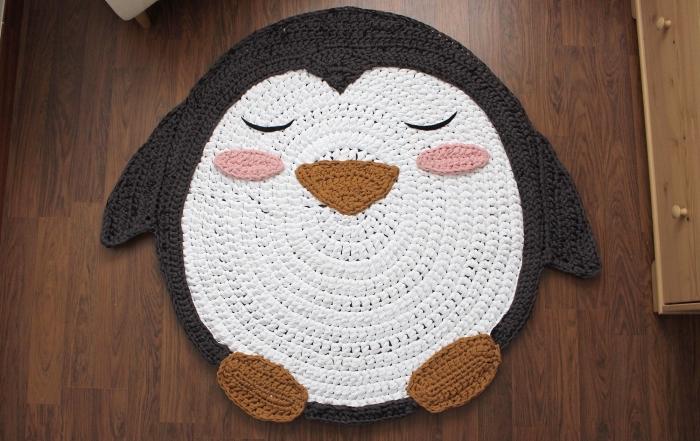 comment décorer la chambre d'enfant avec un diy tapis, modèle de tapis en forme pingouin, idée tapis crochet