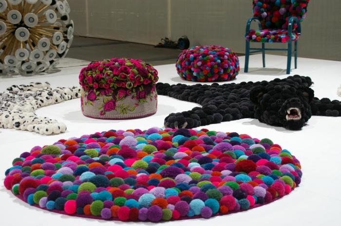 que faire avec des pompons, éléments décoratifs diy faits en pompons, exemple de tapis pompon facile a faire