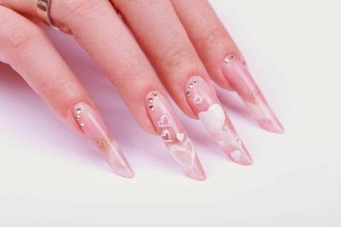 amande russe acryliquen ongles design transparent, strass à ongles et motifs coeurs