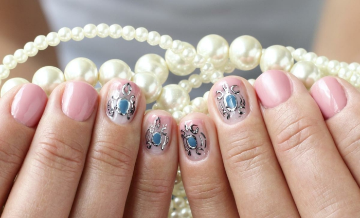 ongles ronds roses, collier en perles blanches, manucure ongle court, dessin sur ongles bleu
