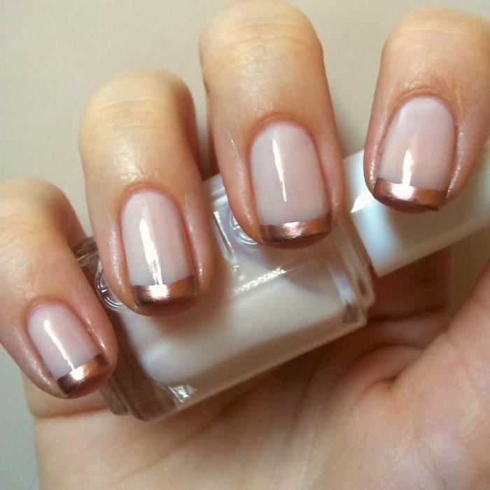 manucure ongle court, ongles roses abordés de cuivré, french manucure élégante sur ongles carré