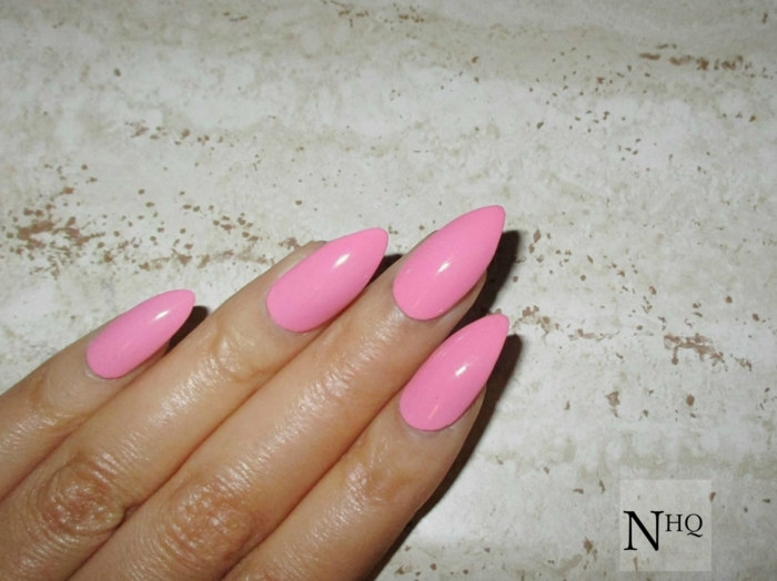 ongles longs stiletto en rose, comment limer ses ongles longs, ongle pointu couleur rose