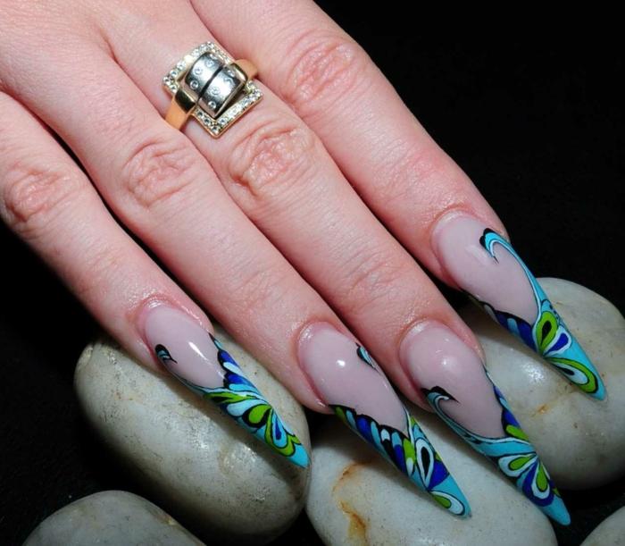 ongles stiletto bulle, déco ongles aquarium, bague massive en métal, pierres incrustées, galets blancs
