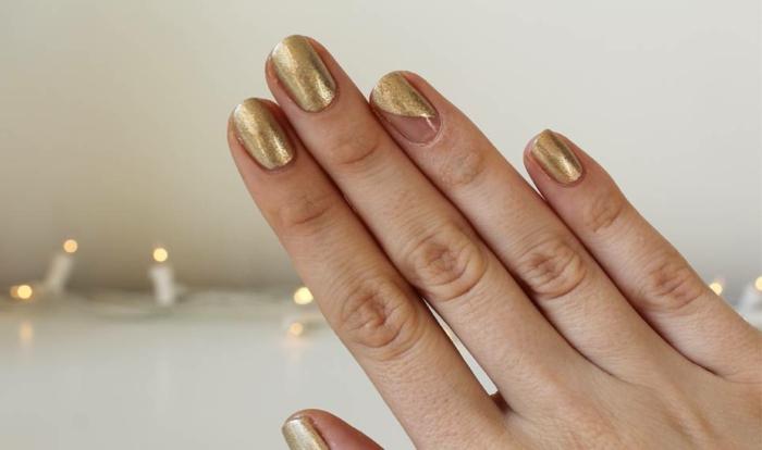 manucure forme ovale, ongles dorés, espace négatif, manucure au scotch jolie et simple