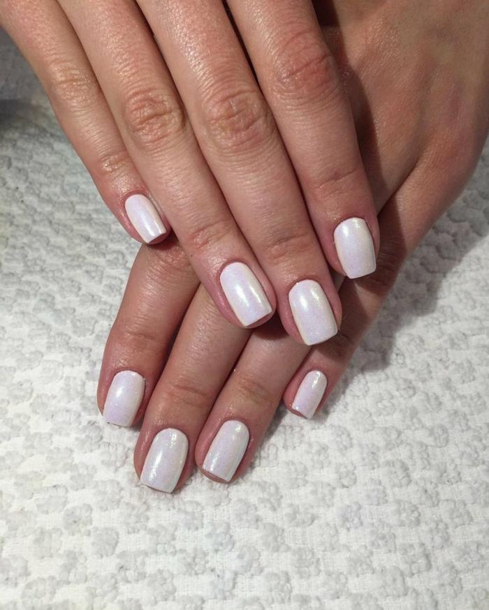 forme des ongles carrée, ongles blancs mats, manucure ongle court élégant et simple