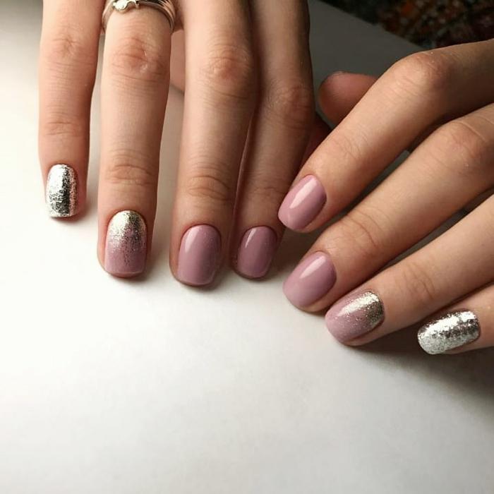 manucure ongle court forme carrée, couleur ongle lilas, couleur ongles argent, bague élégante