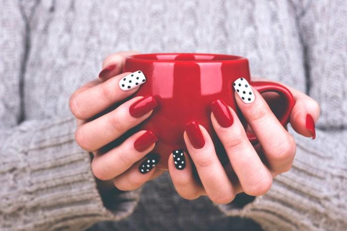 ongles pointillés, tasse à café rouge, manucure en trois couleurs, pull gris en laine, déco ongle carré