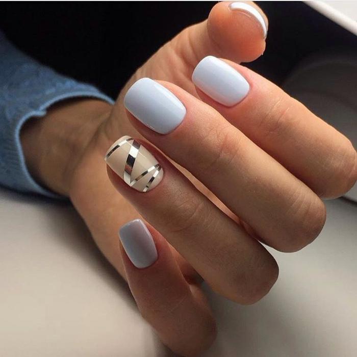 nail art sur ongles forme carré, bandes adhésives argentées collées pour former un joli motif