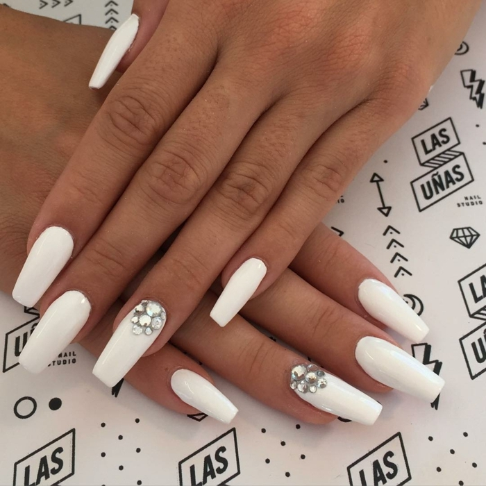 ongles blancs mats, strass, forme des ongles ballerine, décorer ses ongles longs