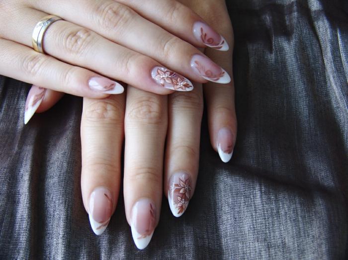 ongles en amande longs, déco ongle naturelle avec dessin floral discret, bagues